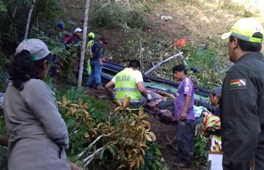 Пассажирский автобус сорвался в ущелье в Боливии: погибли 25 человек