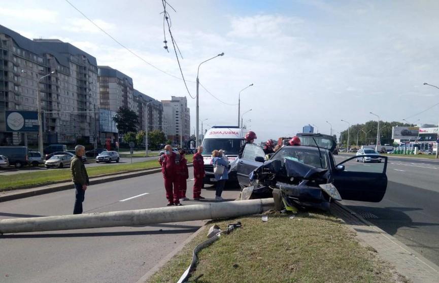 В Минске на проезжую часть упал столб