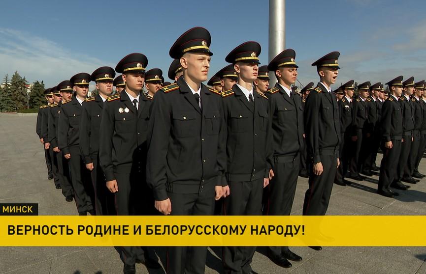 Более 400 первокурсников Академии МВД приняли присягу на площади Государственного флага