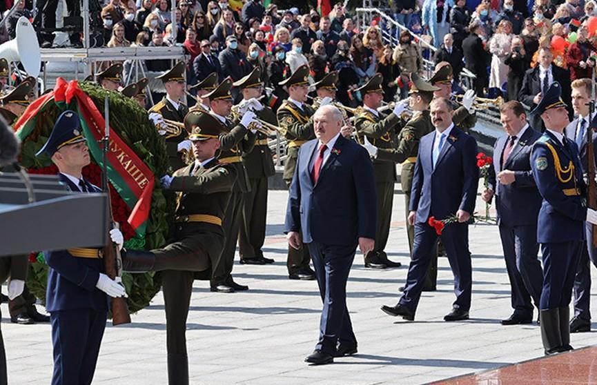 Лукашенко: чем дальше уходят в историю события войны, тем величественнее встает перед нами подвиг дедов