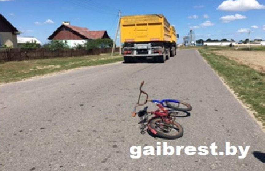 Ехавшая на велосипеде шестилетняя девочка попала под колесо грузовика