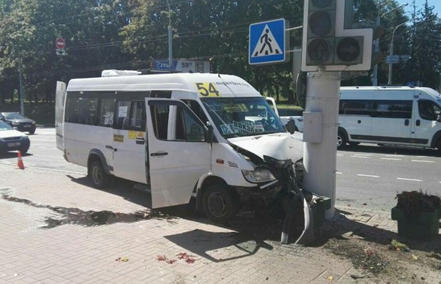 В Минске маршрутка врезалась в столб: пострадали два человека