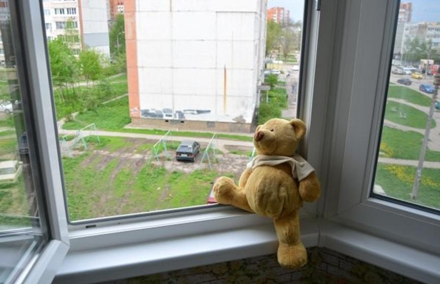 Двухлетний ребенок выпал из окна третьего этажа в Жлобине