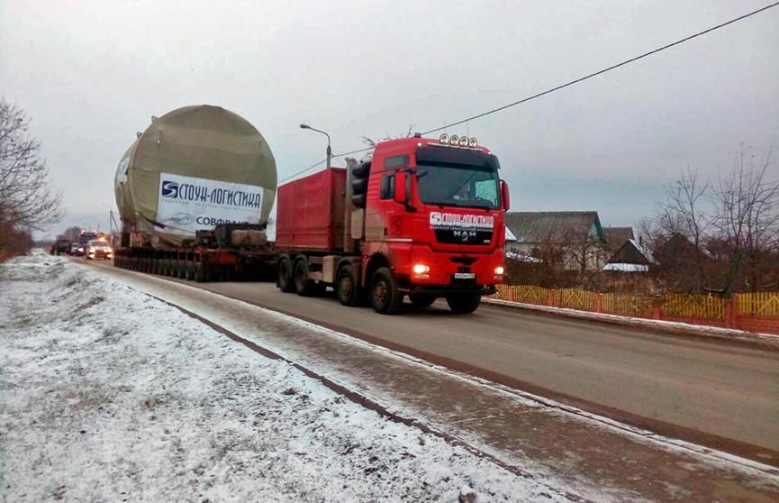 Особо ценный груз: транспортный шлюз для первого энергоблока Белорусской АЭС движется в направлении Островца