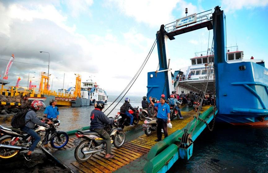Паром с 50  пассажирами опрокинулся в Индонезии: погибли не менее 15 человек