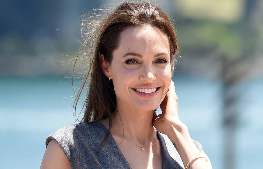 Анджелина Джоли в эксклюзивном интервью рассказала, как проходит ее карантин и что она думает о ситуации в мире
