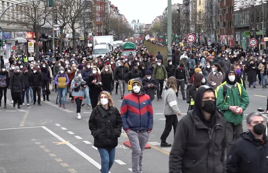 Массовые протесты в Берлине переросли в столкновения с силовиками