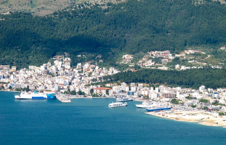 Паром загорелся в греческом порту