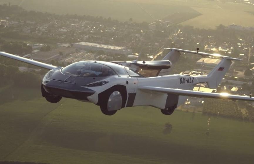 Летающая машина AirCar совершила первый междугородний полет. Она трансформируется из автомобиля в самолет за 2 минуты 15 секунд