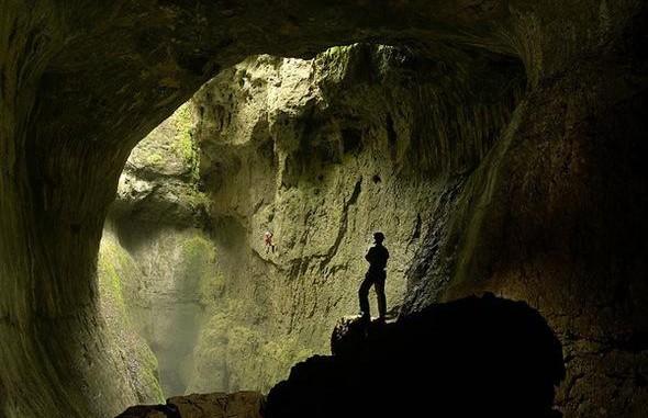 Мужчина десять лет живет в пещере в Индонезии. Узнайте почему