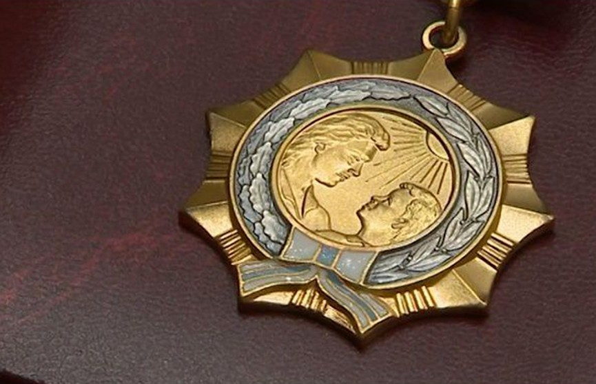 Лукашенко наградил 111 женщин Орденом Матери