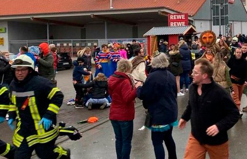 Автомобиль протаранил толпу зрителей на параде в Германии