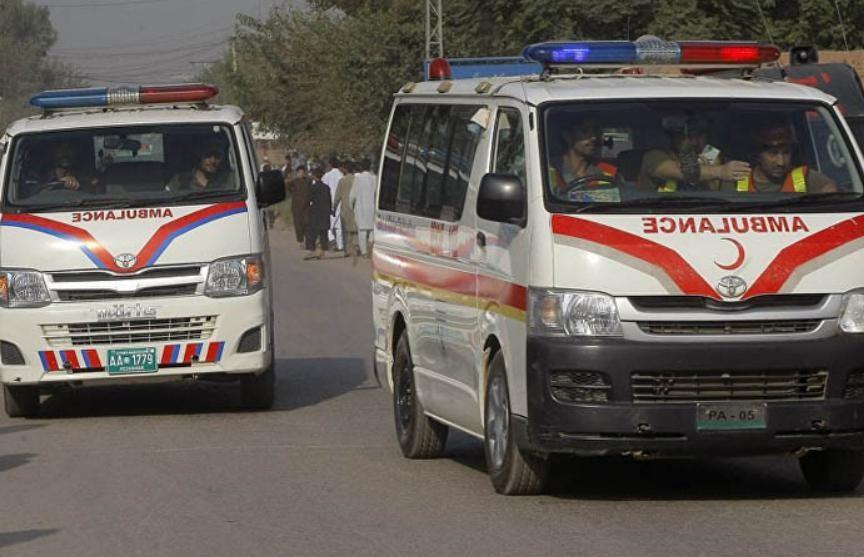 Поезд и автобус столкнулись в Пакистане: погибли не менее 30 человек