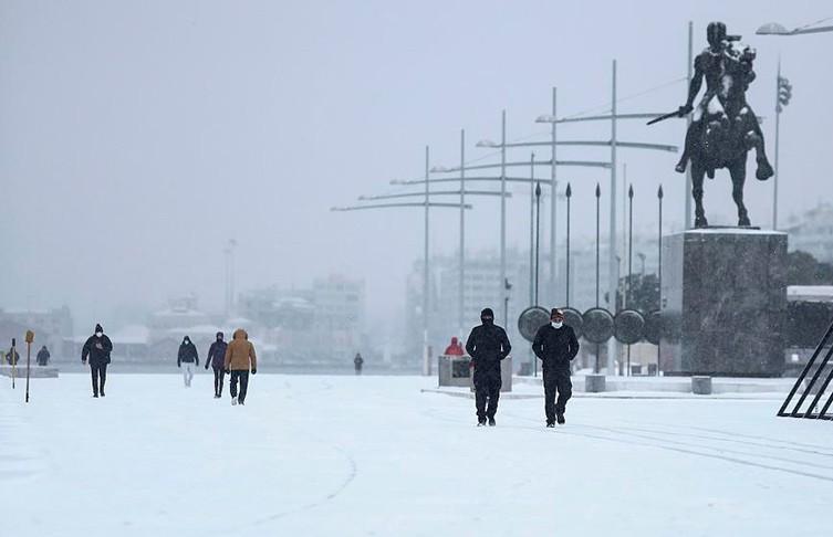 Сильные снегопады обрушились на Грецию. Десятки фур скопились на границе с Болгарией