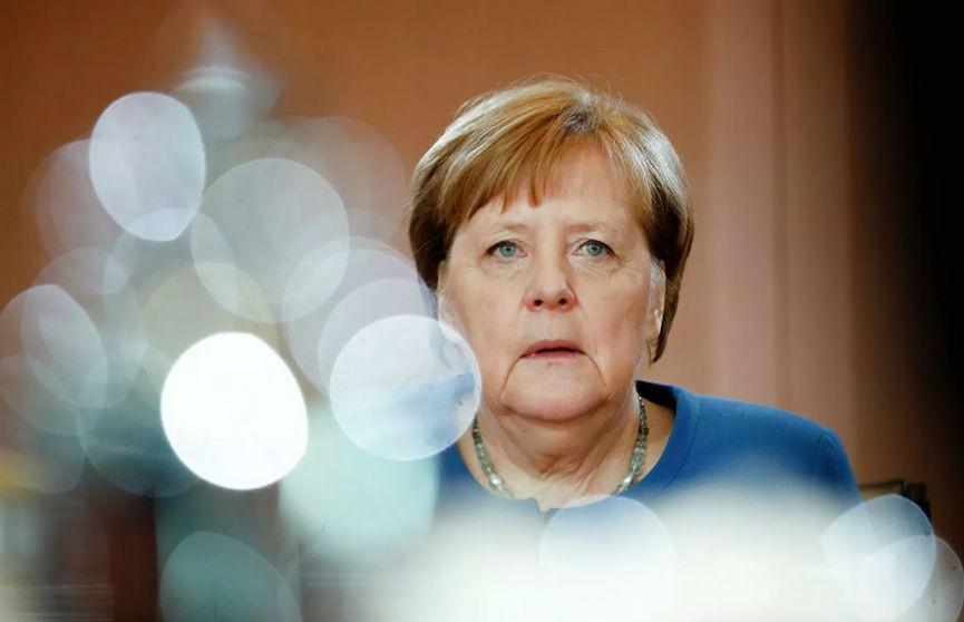 Меркель объяснила, почему ее никто не видит в маске