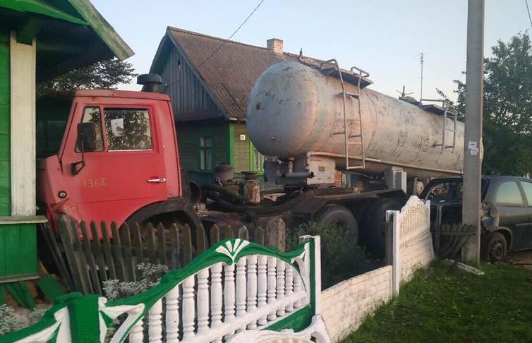 Грузовик въехал в жилой дом в Пружанском районе