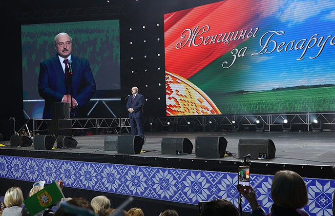 Александр Лукашенко приехал на женский форум в «Минск-арене»