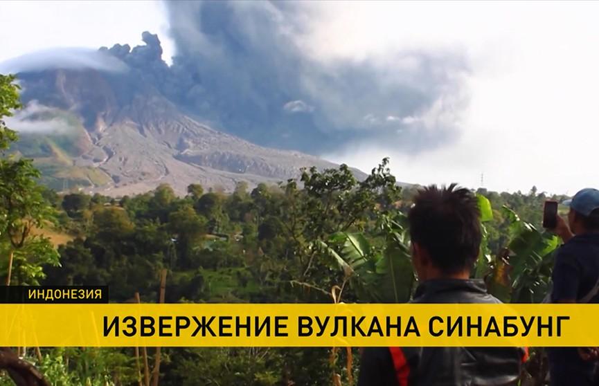 Извержение вулкана в Индонезии: ближайшие города покрыло толстым слоем пепла