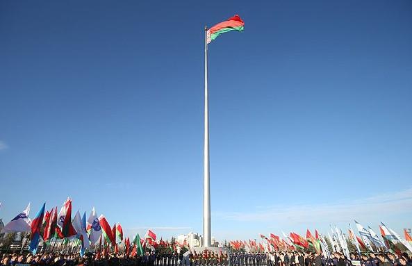 Александр Лукашенко поздравил белорусов с Днем герба и флага