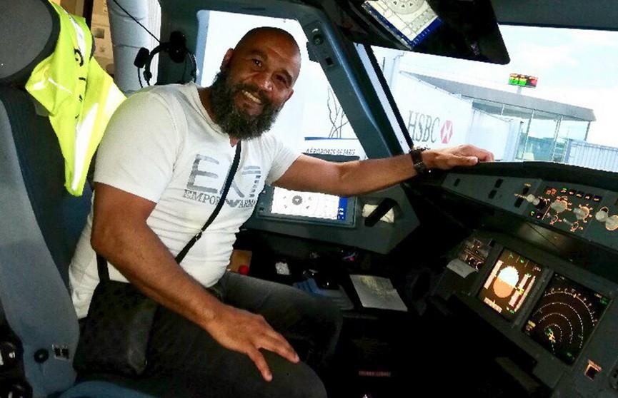 Боксёр остановил дебошира, пытавшегося развернуть самолёт