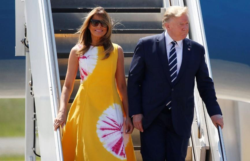 «Платье с кровавыми пятнами»: пользователи сети раскритиковали наряд Мелании Трамп на саммите G7