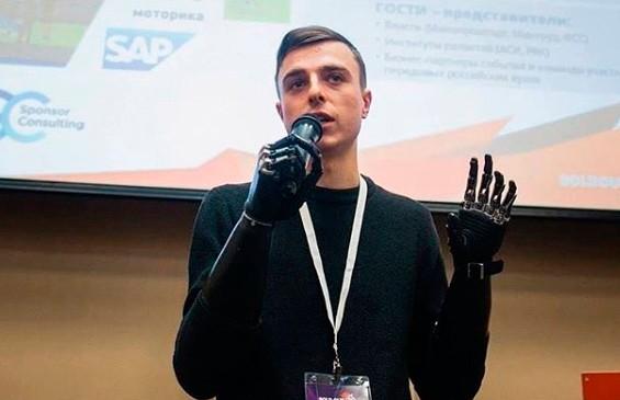 Парень без рук Костя-киборг отвечает на любые вопросы пользователей Instagram о бионических протезах
