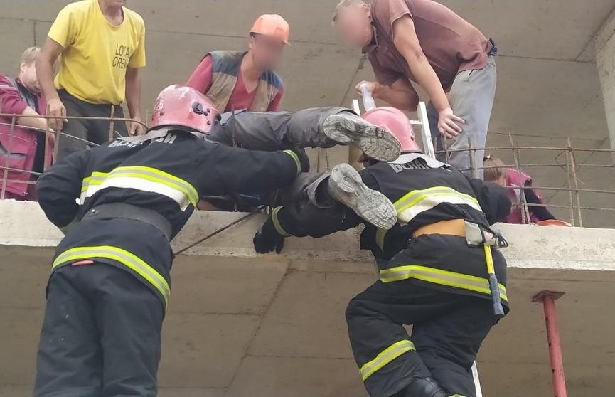 Рабочий упал на арматуру во время стройки в Минске
