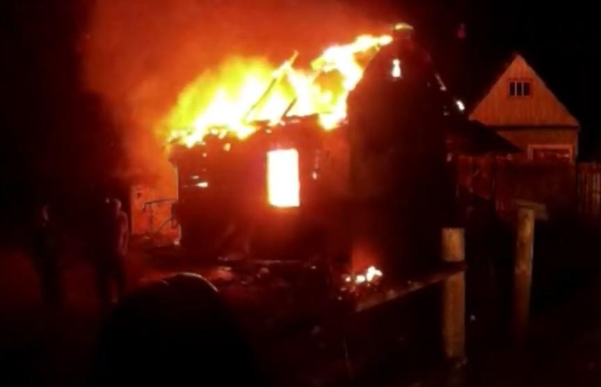 «Пожар! Быстрее, горит все страшно!» Соседка в окно увидела горящий дом, а после выстрелы взрывающегося шифера услышал весь посёлок