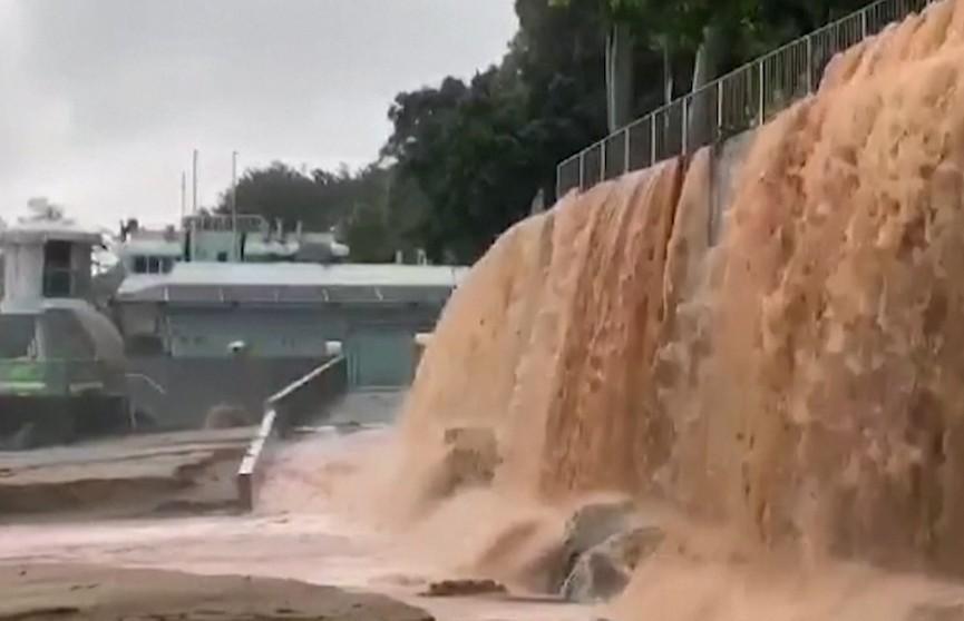 В Гонконге ливень затопил дороги и здания