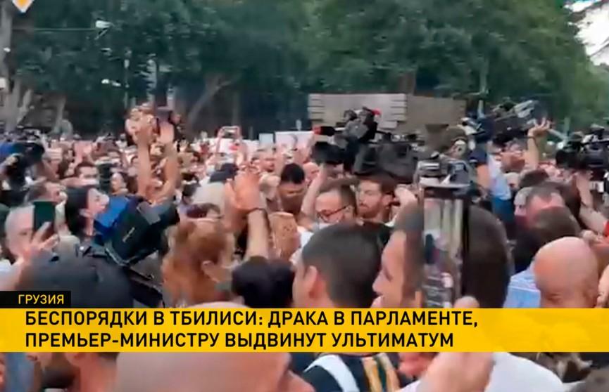Грузинская оппозиция попыталась силой захватить зал заседаний парламента