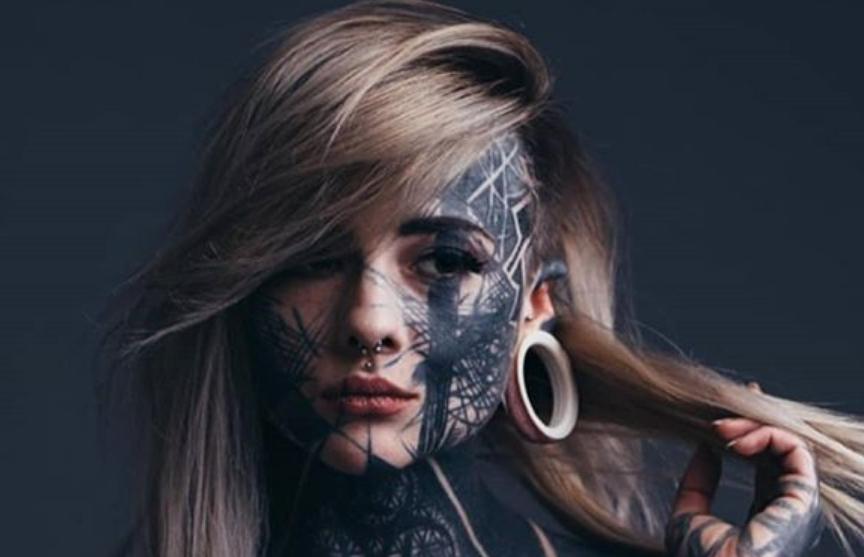 Девушка потратила 15 тысяч фунтов стерлингов на покрывающую все тело татуировку