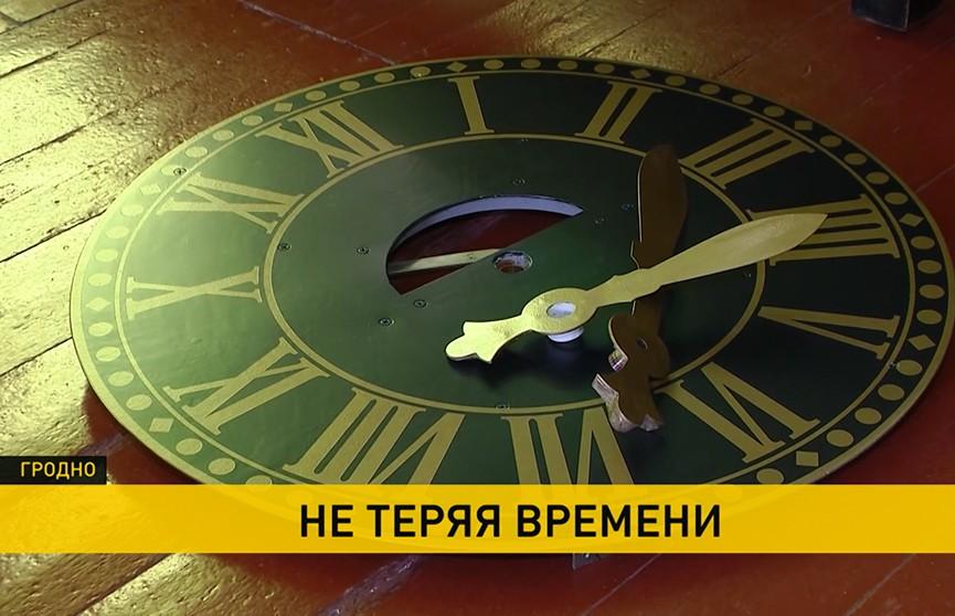 Мастер из Могилева завершил реставрацию старинных башенных часов гродненской лютеранской кирхи