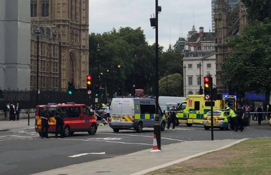 Автомобиль протаранил заграждение рядом с британским парламентом