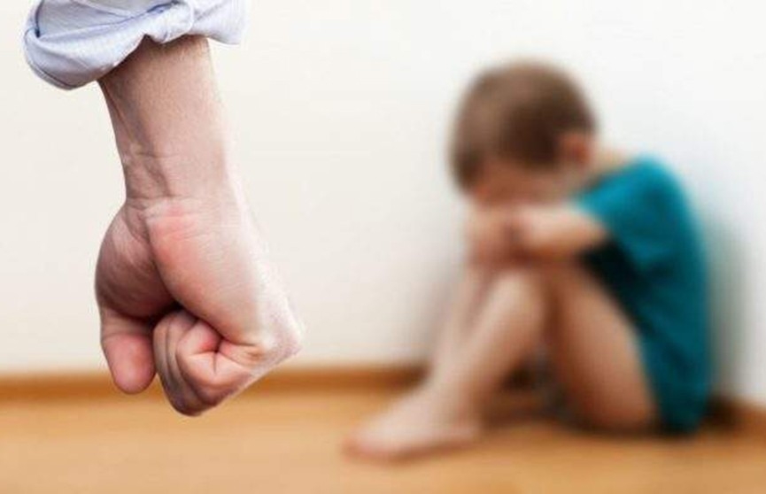 Избитый 4-летний мальчик ночевал в коляске на лестнице: отца и мать лишили родительских прав
