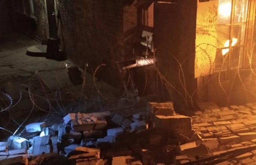 В Запорожье кирпичная стена завода обрушилась на частное подворье