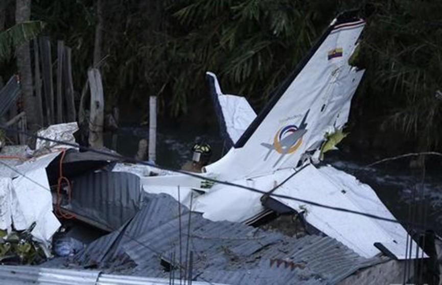 Легкомоторный самолет упал на жилые дома в Колумбии: семь человек погибли