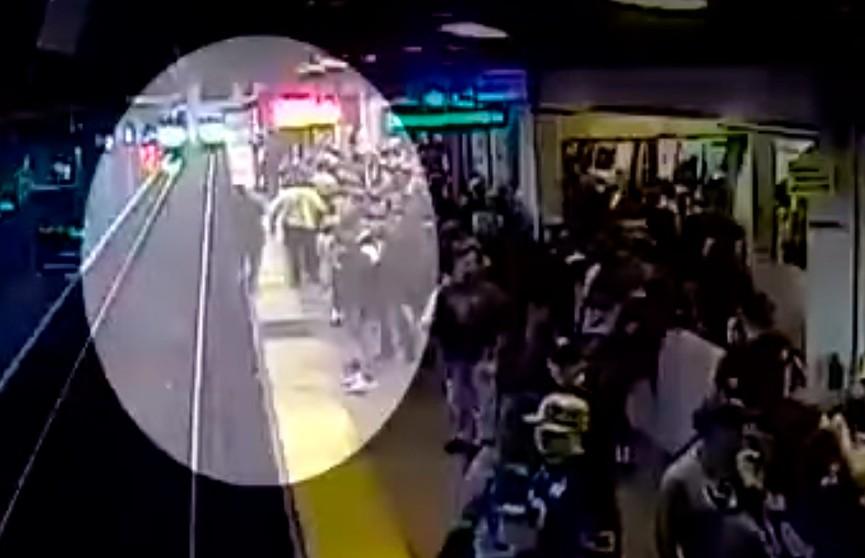 Сотрудник метро спас упавшего на рельсы мужчину буквально за долю секунды до трагедии – видео