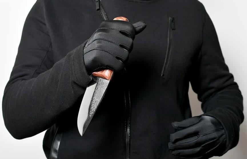 Беременную женщину ранили ножом в живот в Петербурге