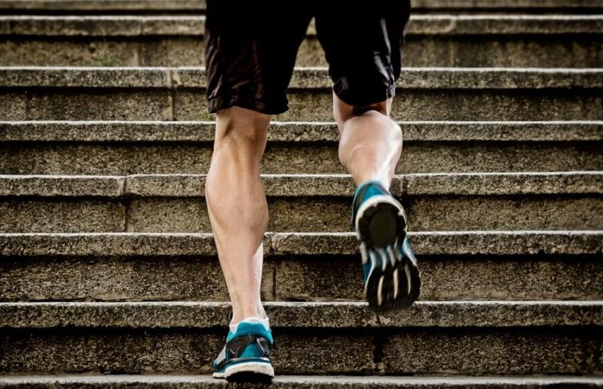 Коронавирус спорту не помеха: китаец не прервал тренировку из-за карантина и пробежал по квартире 50 км (ВИДЕО)
