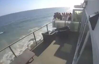 На пляже Малибу упал балкон с людьми. В Сеть попало шокирующее видео