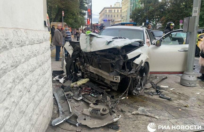 ДТП в Москве на Остроженке: иномарка пролетела на красный, пострадали два пешехода