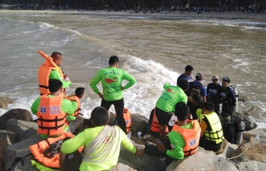 Волна унесла четырех детей во время Дня ребенка в Таиланде