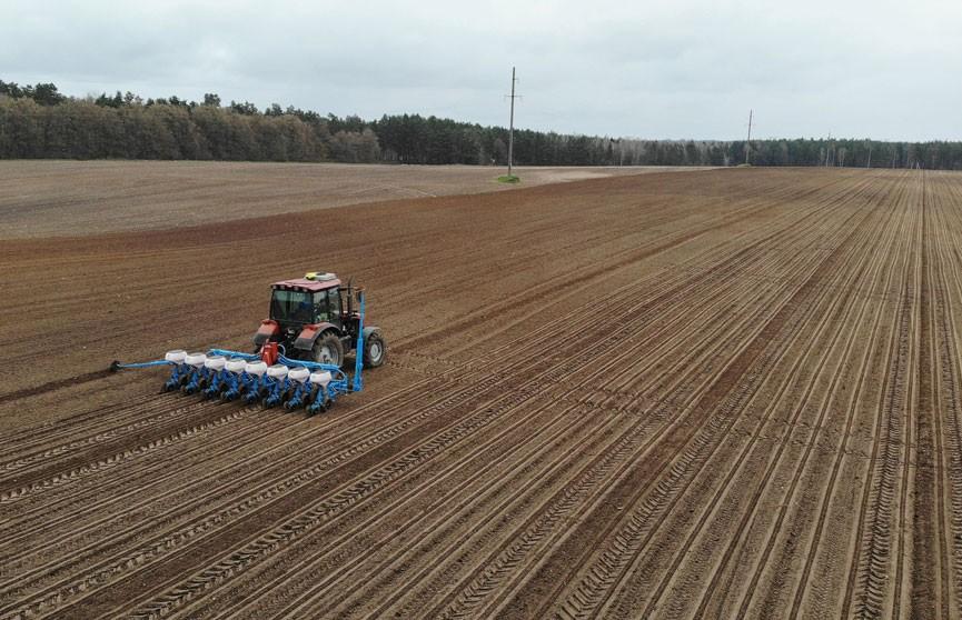 Президент Беларуси начал инспектировать посевную в регионах