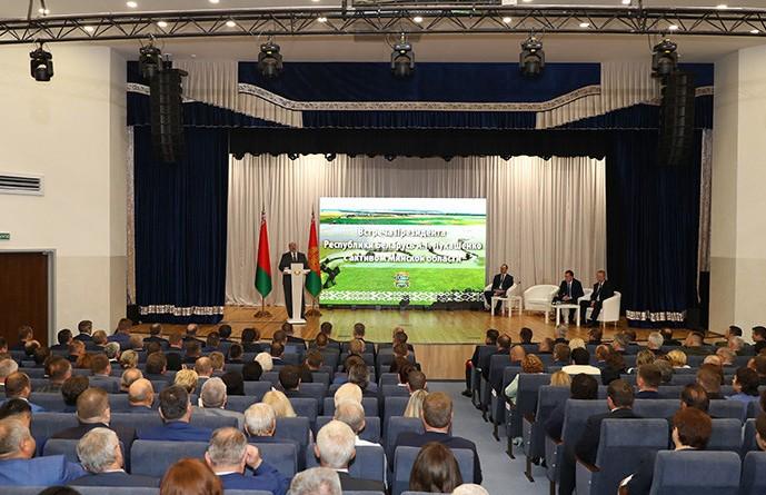 Лукашенко: расслабляться нельзя, сегодня время требует стремительного движения вперед
