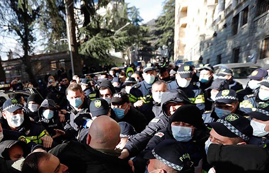 В Грузии медики присоединились к протестующим