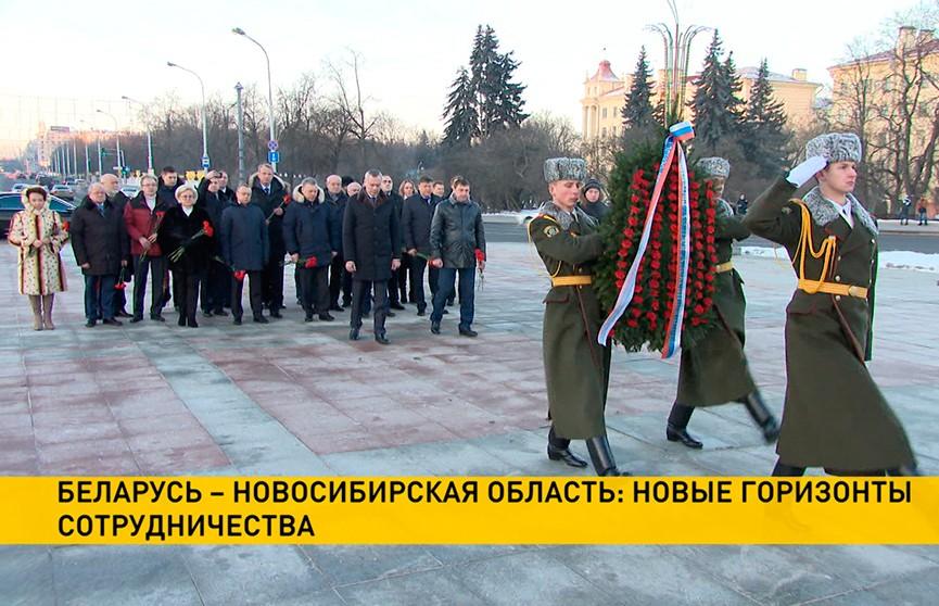 Делегация Новосибирской области возложила венки к монументу Победы в Минске
