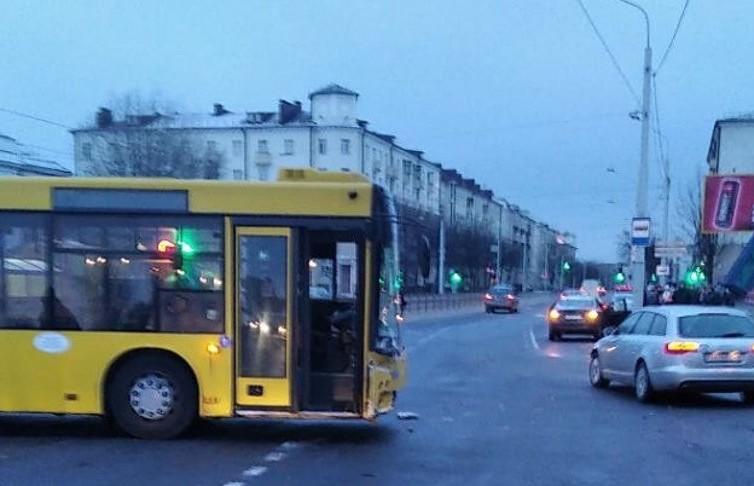 Автобус столкнулся с легковушкой в Минске: пострадавших нет