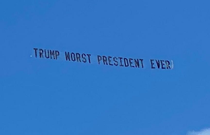 Неизвестные оставили послание Трампу в небе над его резиденцией
