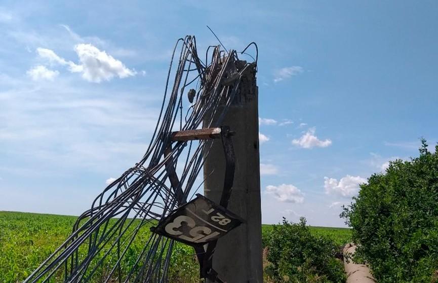 Буря сломала бетонные опоры линий электропередач в Гомельской области (ФОТО)