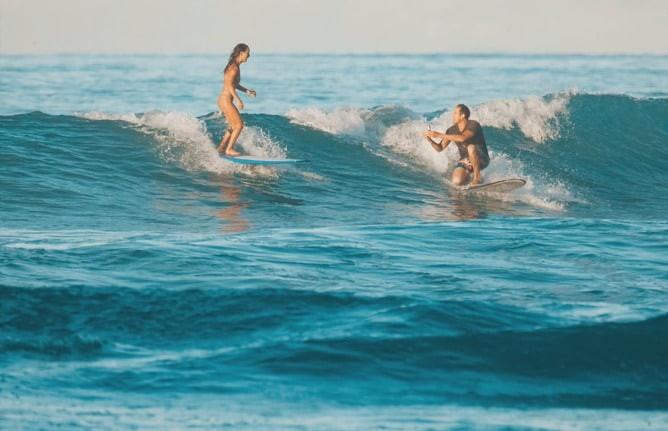 Серфер сделал девушке предложение на гребне волны и уронил кольцо в океан
